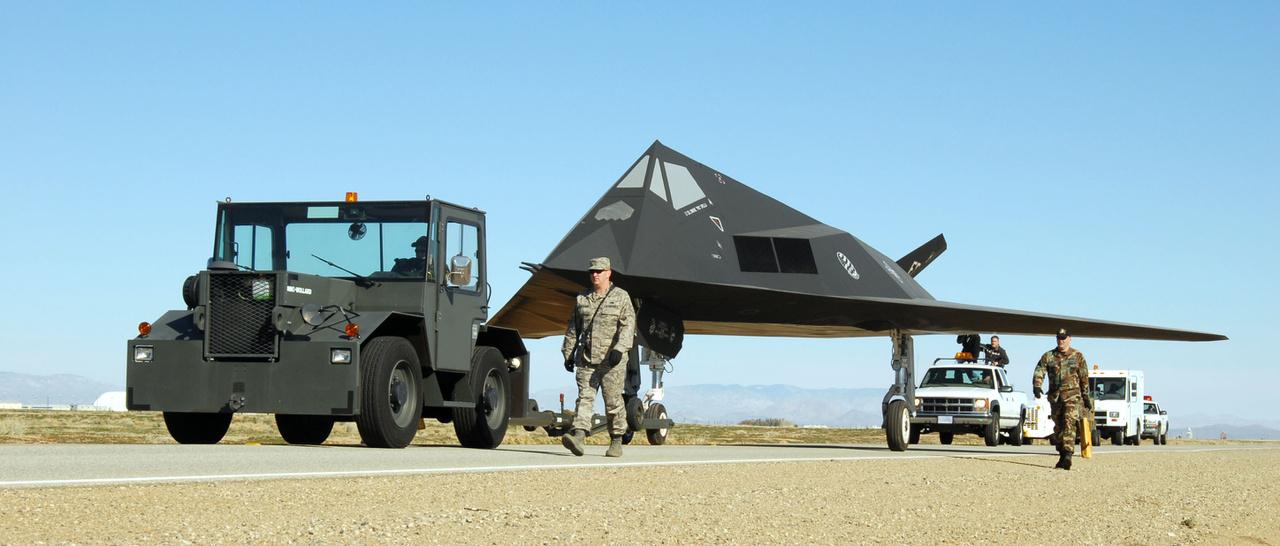 2006. március 3. Hadrendből kivont, nyugdíjazott lopakodót vontatnak az amerikai légierő daytoni múzeumába.