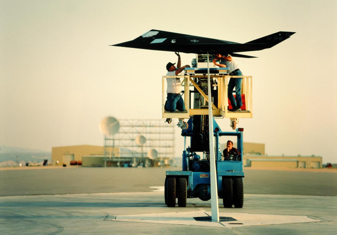 Technikusok szerelik a lopakodó modelljét állványra radarteszthez.