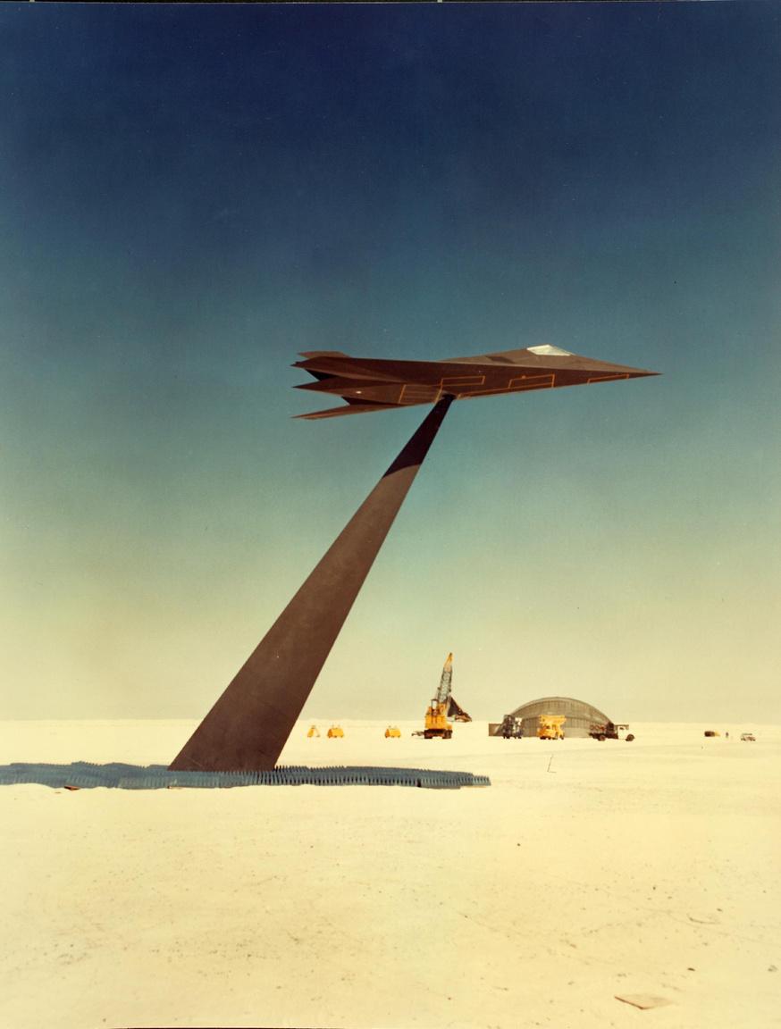 Have Blue modell állványon, radarteszthez előkészítve a Nevada sivatagban. A póznát speciálisan a Lockheed részére kellett kifejleszteni, hogy ne legyen érzékelhető keresztmetszete a radarképeken.