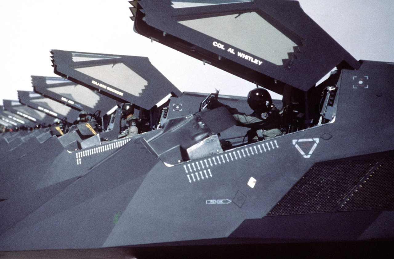 1991: A 37th Tactical Fighter Wing F-117-esei sorakoznak egy szaúd-arábiai repülőtéren, az Öböl-háború egyik bevetése után.
