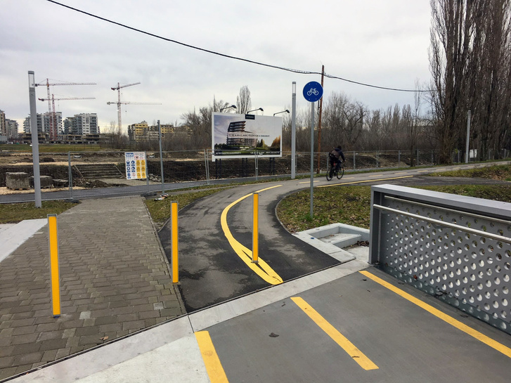 A méregdrága híd véletlenül pont a plakáton látható lakópark majdani bejáratához vezet