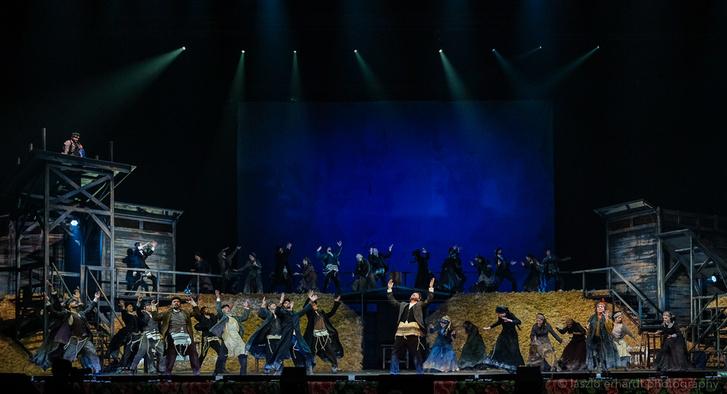 A Hegedűs a háztetőn színpadképe