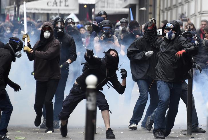 2016 júniusában több ezer ember tiltakozott Párizsban a munkaügyi reformok bevezetése ellen. A tüntetések komoly zavargásokká fajultak.