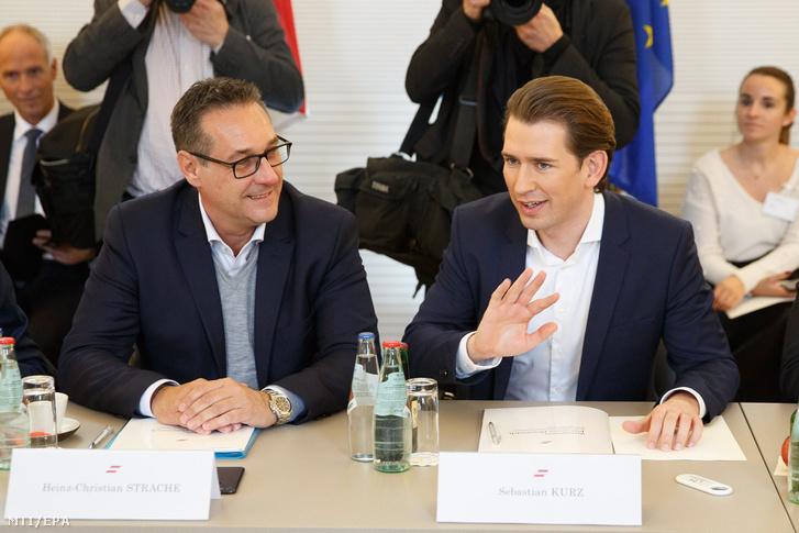 Sebastian Kurz osztrák kancellár az október 15-i választásokon győztes Osztrák Néppárt (ÖVP) elnöke (j) és Heinz-Christian Strache alkancellár és sportminiszter az Osztrák Szabadságpárt (FPÖ) elnöke a koalíciós kormány első munkaülésén a stájerországi Leibnitznél levő Seggau-kastélyban 2018. január 4-én.