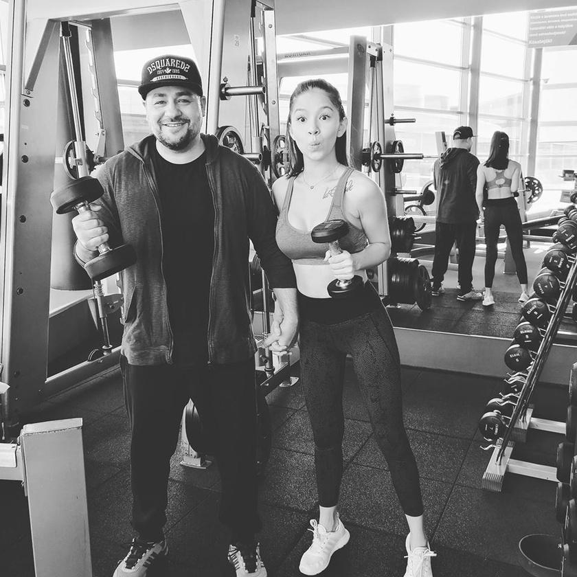 Hát elkezdődött... drukkoljatok! - írta Caramel a feleségével közös edzőtermi fotóhoz.