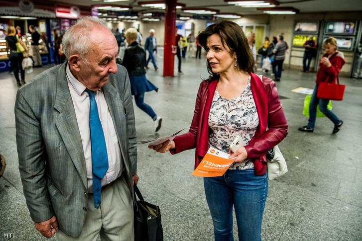 Rónaszékiné Keresztes Monika a Fidesz népszavazási kitelepülésén a Nyugati téri aluljáróban 2016. szeptember 23-án