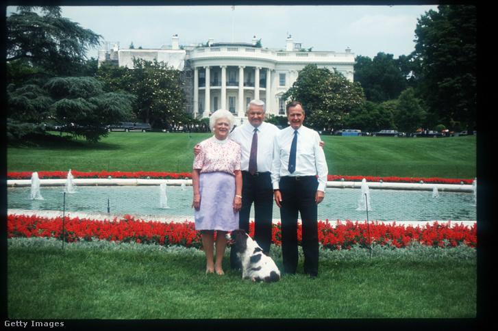 Jelcin idősebb George Bush-sal és Barbara Bush-sal a Fehér Ház előtt 1992-ben