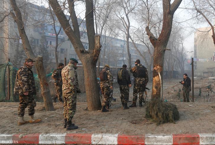 Afgán biztonsági erők az öngyilkos merénylet helyszínén