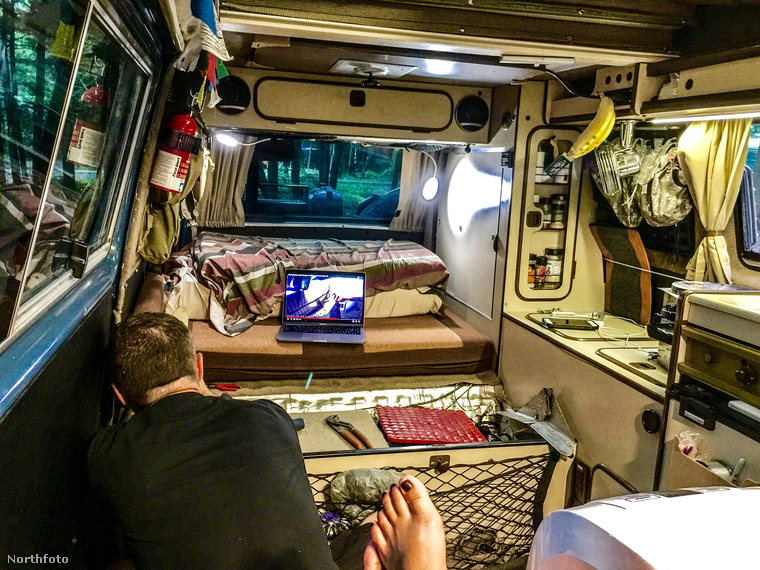 Így néz ki a furgonjuk lakórésze belülről