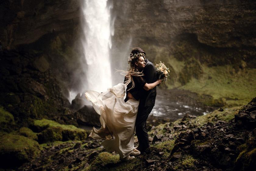 A Junebug Weddings főszerkesztője, Carrie Schwab elmondta a Daily Mailnek, hogy a világ minden tájáról érkeztek be képek, köztük Szerbiából, Puerto Ricóból és Szingapúrból is. Ez a kép Izlandon készült.