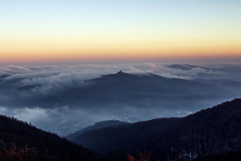 A táj legmagasabb pontja a 729 méter magas Karancs-hegy. Az andezitkúp tetejéről ellátni Somoskő vára, a Dunakanyar és a Tátra felé is.