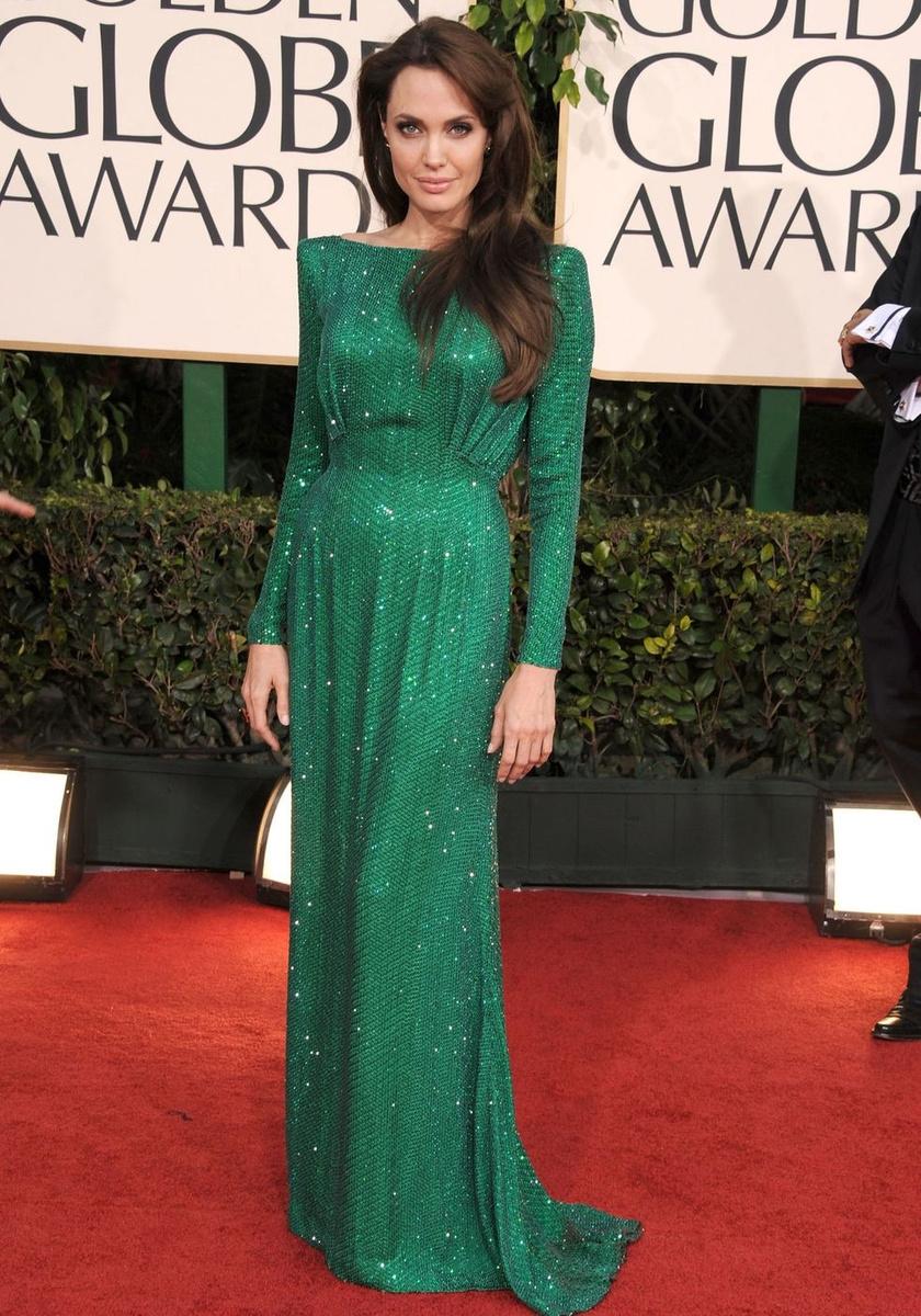 Angelina Jolie hatalmas feltűnést keltett ebben a smaragdzöld Atelier Versace-ruhában a 2011-es díjkiosztón.