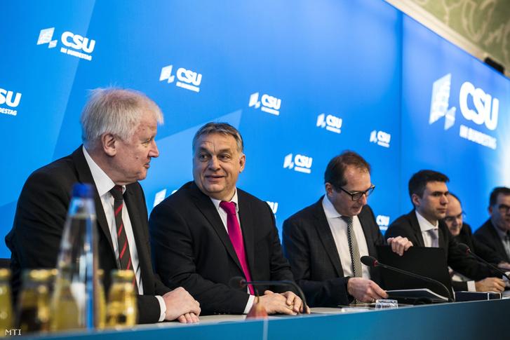 Orbán Viktor miniszterelnök (b2) Horst Seehofer bajor tartományi miniszterelnök (b) és Alexander Dobrindt, a Keresztényszociális Unió (CSU) parlamenti képviselőinek vezetője (b3) a CSU parlamenti képviselői tanácskozásának második napján a bajorországi Seeon kolostorban 2018. január 5-én.