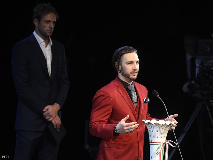 Shane Tusup, az év edzője díj nyertese beszél, mögötte Kásás Tamás háromszoros olimpiai bajnok vízilabdázó, a díj átadója az M4 Sport-Év sportolója gálán a Nemzeti Színházban 2017. január 12-én.