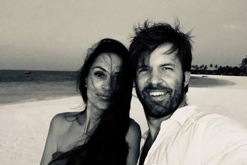 Sebestyén Balázs és családja nem vágyott hóra, a 2017-es karácsonyi ünnepeket a tengerparton ünnepelték. A műsorvezető december 25-én ezt a feleségével készült szelfit posztolta.
