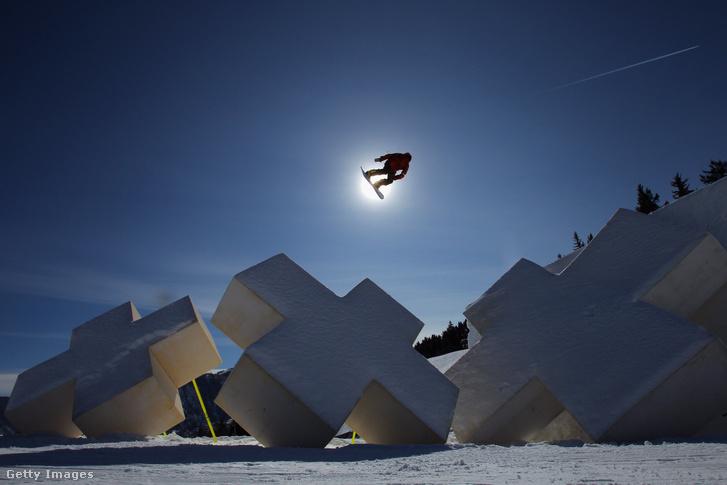 Snowboardos gyakorol a 2012-es téli X Games bajnokságon