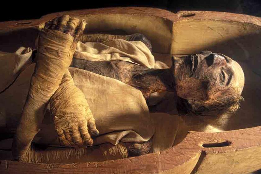 A keresztbe tett kar több kultúra múmiáinál is megfigyelhető.