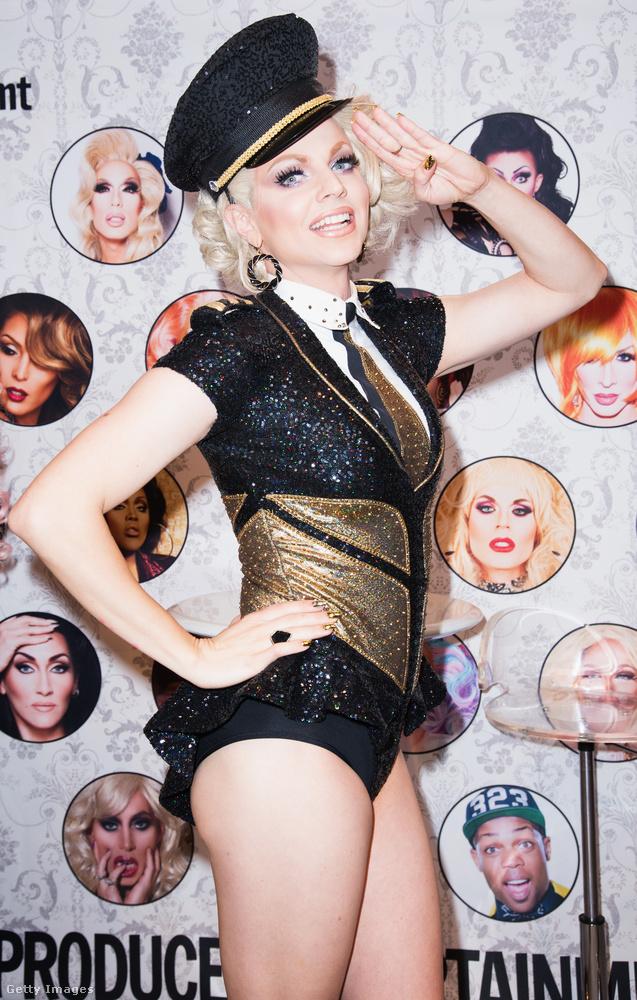 Courtney Act egyébként képzett énekes is, hazájában az Australian Idol című tehetségkutató első évadával szerzett ismertséget még 2003-ban.