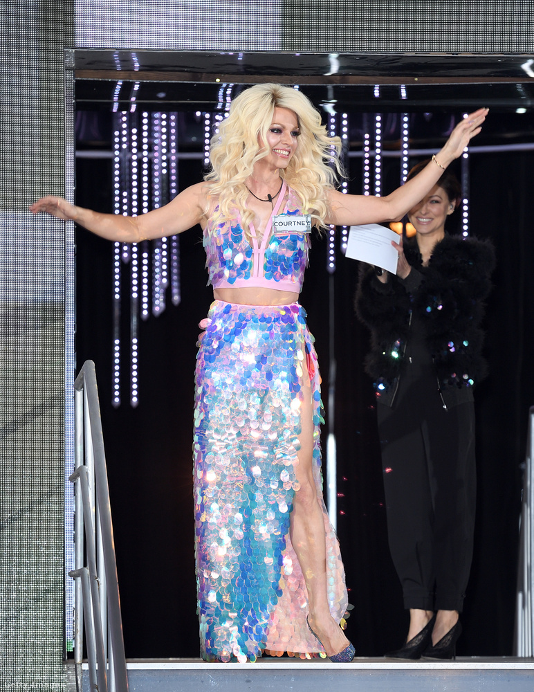 Courtney Actről tudni kell, hogy ő egy transzvesztita előadóművész, ezért amikor leszakadt róla a szoknya és nem volt alatta semmi, akkor ez látszott...