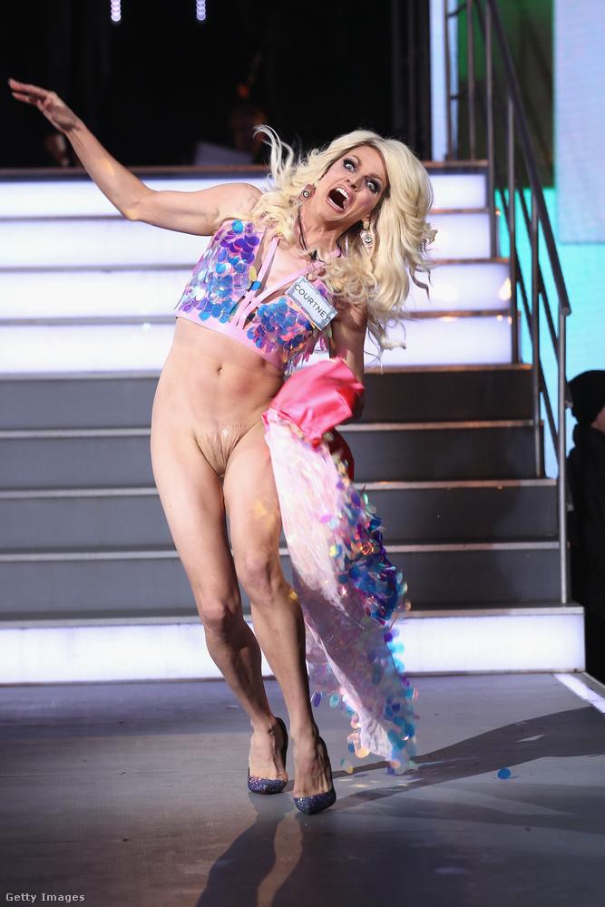 Szóval ha egyszer nem volt rajta bugyi a szoknya alatt, akkor miért nem látunk semmit a képeken ott? Nem, Courtney Act semmilyen műtétet nem végeztetett el (azon a tájékon legalábbis), és nem is úgy született, hogy az ágyéka egy Barbie-babáéra emlékeztet.