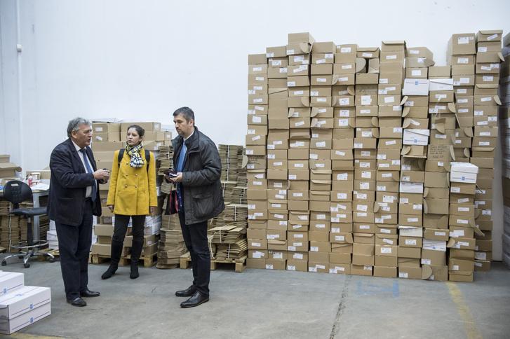 Szél Bernadet és Hadházy Ákos megtekinti a nemzeti konzultációs íveket