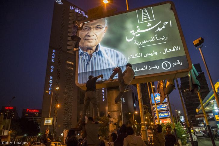 Safik plakátját tépkedik tüntetők a 2012-es választások előtt, Kairóban
