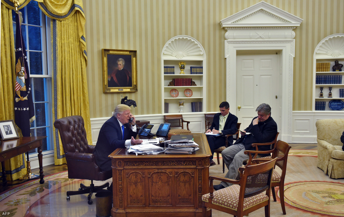 Donald Trump az Ovális Irodában Steve Bannon volt tanácsadóval és Michael Flynn korábbi nemzetbiztonsági tanácsadóval 2017. január 28-án
