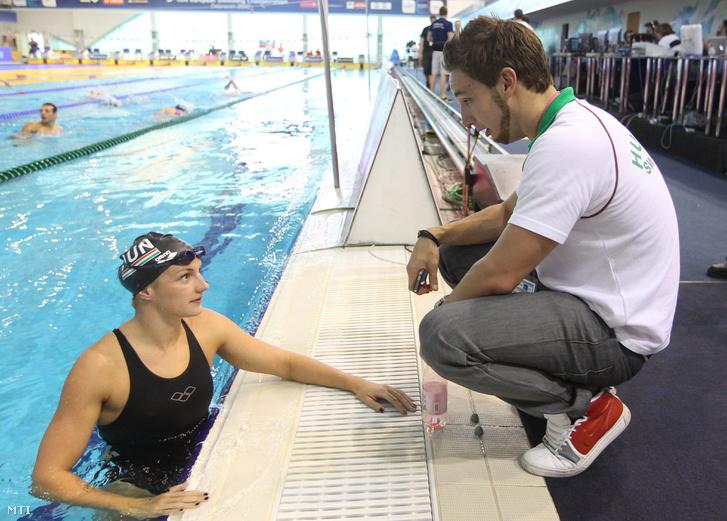 Hosszú Katinka úszó és edzője, Shane Tusup beszélgetnek a 31. úszó Európa-bajnokságon a Debreceni Sportuszodában