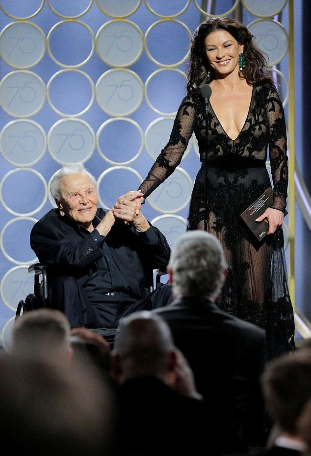 Kirk Douglas decemberben már a 101. születésnapját ünnepelhette, így mindenkit meglepett, hogy megjelent a vörös szőnyeges eseményen.