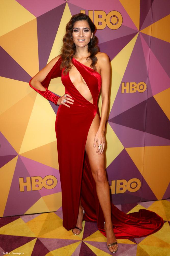 Blanca Blanco modellhez pedig valószínűleg nem jutott el a dresscode híre, ezért szokásához híven egy feltűnő színű aligruhában érkezett