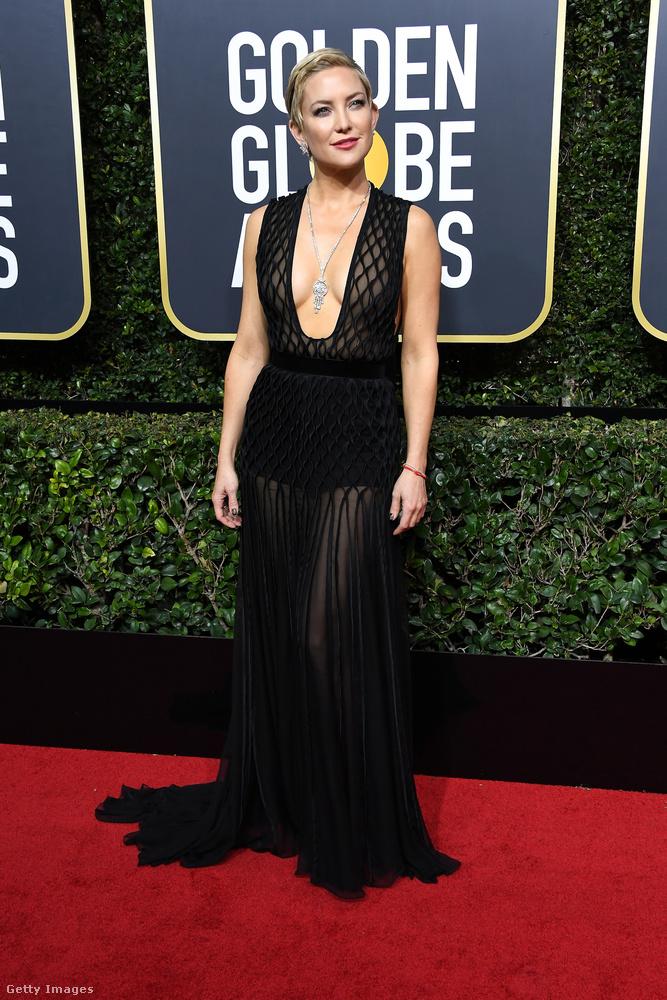 Elfogadjuk mi, hogy Kate Hudson boldog ebben a ruhában, de