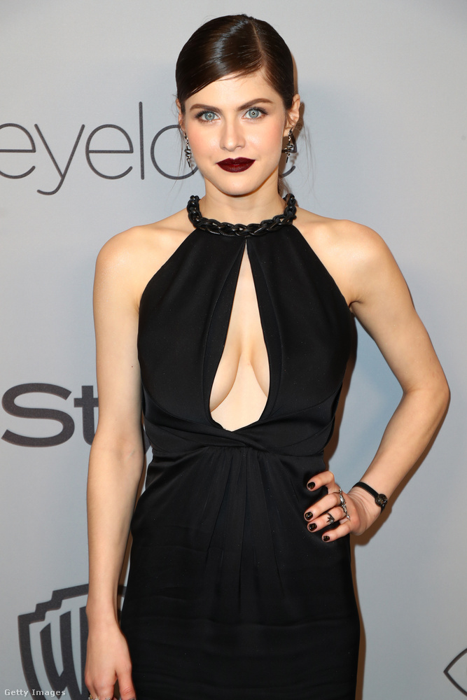 Alexandra Daddario (aki amúgy a Baywatchból lehet önnek ismerős) ebben a hollóhangulatú sminkben és egy sokat mutató ruhában szexiskedte végig az estét