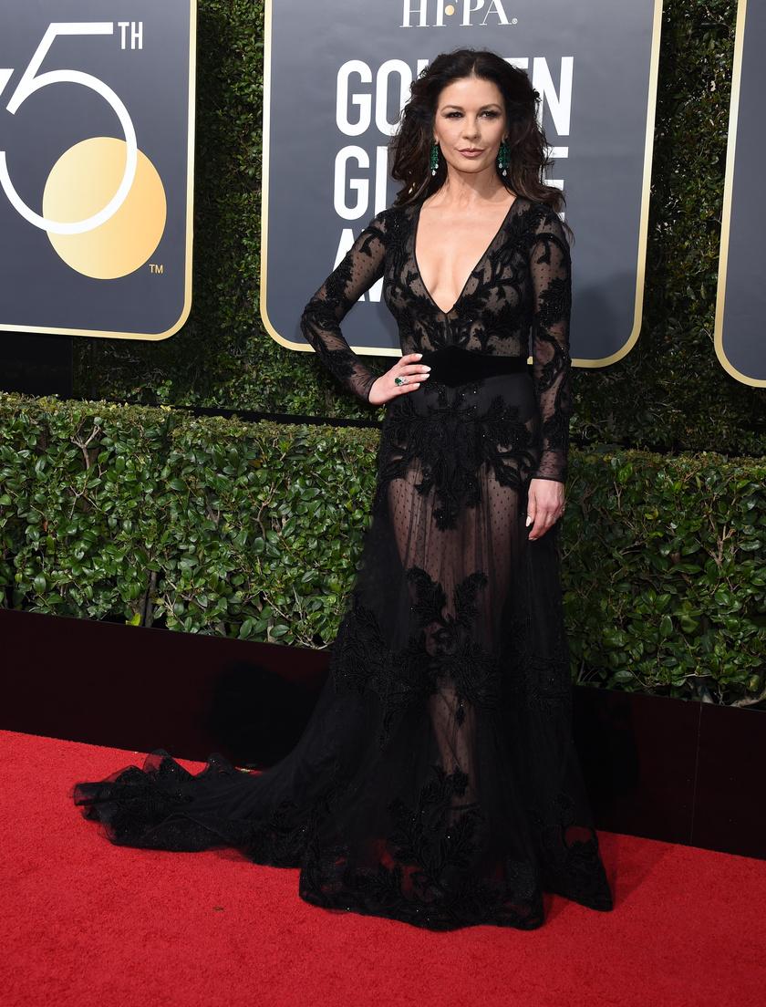 """Catherine Zeta-Jones egy Zuhair Murad-estélyiben tündökölt: """"A dress code sehol sem mondta ki, hogy nem nézhetünk ki a lehető legjobban"""" - mondta a ruhájáról."""