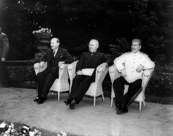Clement Attlee, az Egyesült Királyság miniszterelnöke, Harry Truman, az Egyesült Államok elnöke és Joszif Sztálin, a Szovjetunió generalisszimusza a potsdami konferencián 1945-ben