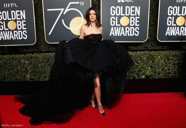 Kontrasztnak viszont érdekes megtekinteni Kendall Jenner fekete flamingó szerelését, amit nem lehetett kis meló végigcipelni a vörösszőnyegen, és ez látszik is a modell arcán