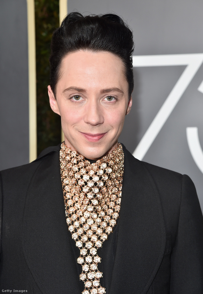 A Tom Hiddleston arcot húzó fiatalembert nem kötik rokoni szálak a színészhez, őt Johnny Weirnek hívják, és műkorcsolyázó