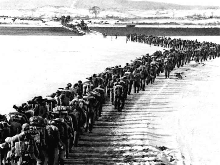A kínai hadsereg átlépi a Jalu folyót 1950-ben