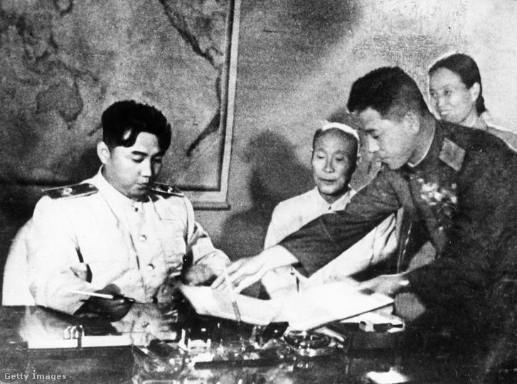 Kim Ir Szen aláírja a fegyverszünetről szóló megállapodást 1953 július 26-án