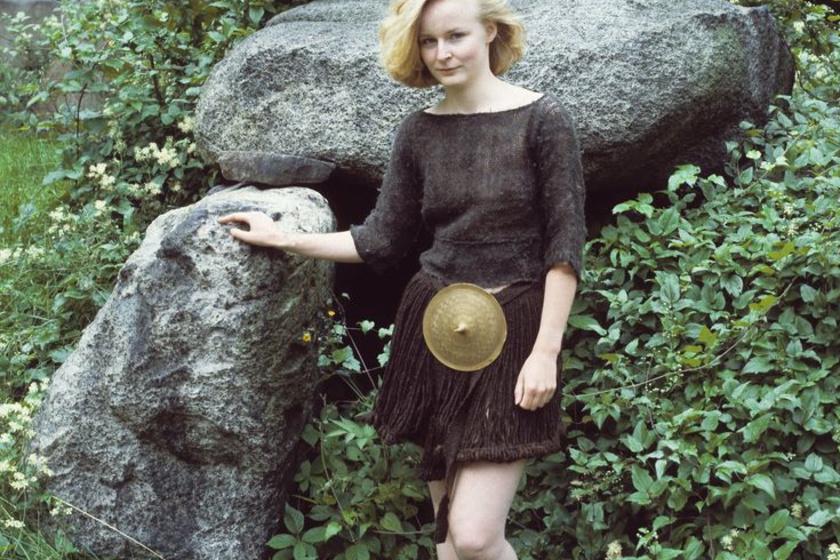 Ilyen lehetett a bronzkori lány, legalábbis nagyon hasonló. Barna pulóvert és különleges szoknyát viselt, fémdísszel a csípőjén. Öltözéke szemlátomást trendi volt.