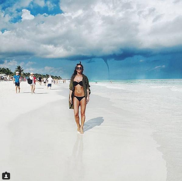 Debreczeni Zita nagyon dögös bikinis fotóján sokan azt is kiszúrták, hogy mögötte egy tornádó látható.