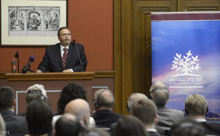 Antall Péter az Antall József Tudásközpont igazgatója beszél az Antall József Nyári Egyetem programján a Magyar Tudományos Akadémia nagytermében 2016. július 4-én.