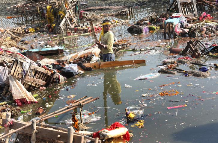 A 2018. január 9-én közreadott képen a súlyosan szennyezett Jamuna folyó partján keres használható tárgyakat egy indiai férfi a Csat Púdzsa hindu ünnep végén Újdelhiben 2017. október 26-án. A Himalája Jamunotri-gleccserének kristálytiszta olvadékvizéből eredő folyó az indiai fővároson keresztül Uttar Prades szövetségi államban ömlik a Gangeszbe. Mindkét folyót vallásos tisztelet övezi, mivel a hinduk hite szerint a szent vizekben való megmártózás megszabadít a halál gyötrelmeitől.