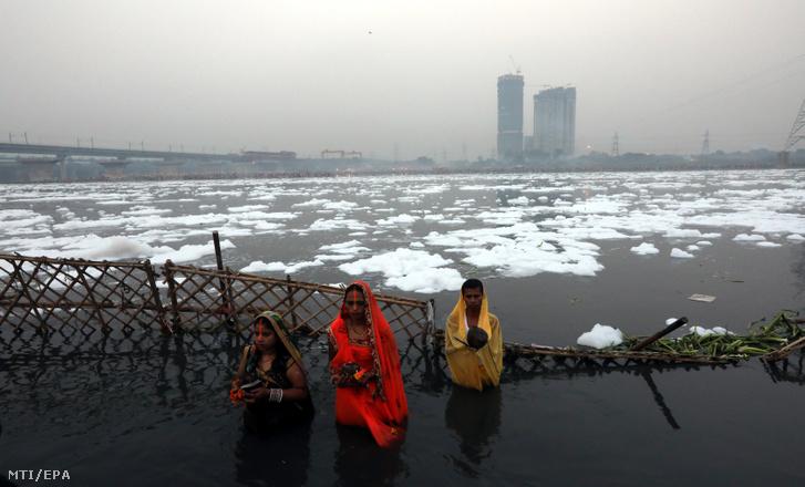 A 2018. január 9-én közreadott képen a Jamuna folyó vegyszerhabbal borított vizében merítkeznek meg indiaiak a Csat Púdzsa hindu ünnep alkalmából Újdelhiben 2017. október 26-án. A Himalája Jamunotri-gleccserének kristálytiszta olvadékvizéből eredő folyó az indiai fővároson keresztül Uttar Prades szövetségi államban ömlik a Gangeszbe. Mindkét folyót vallásos tisztelet övezi, mivel a hinduk hite szerint a szent vizekben való megmártózás megszabadít a halál gyötrelmeitől.