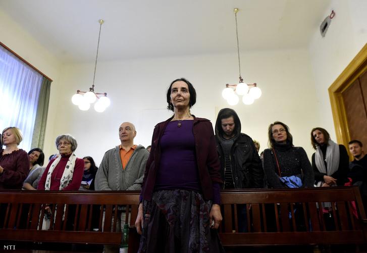 Geréb Ágnes az ítéletet hallgatja az ellene gondatlanságból elkövetett emberölés vétsége miatt folyó büntetőperen a Fővárosi Törvényszéken 2017. április 20-án. Enyhítette a bíróság a szülész-nőgyógyász korábbi büntetését. A kétéves fogházbüntetést öt évre felfüggesztették a foglalkozástól eltiltás idejét pedig tízről nyolc évre csökkentették.