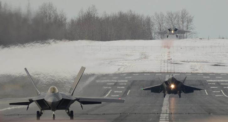 F-22 Raptorok landolnak egy alaszkai légibázison