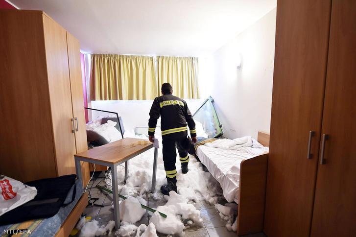 Hó borította szobában egy tűzoltó Sestrierében 2018. január 9-én, miután lavina zúdult egy lakóházra az észak-olaszországi alpesi faluban. Senki sem sérült meg, 29 embert evakuáltak.