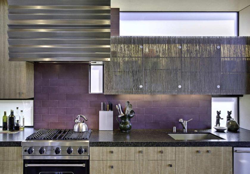 A padlizsánszín nem komor, de nem is bohókás, ezért a konyhafalon vagy a csempén is jól mutat.