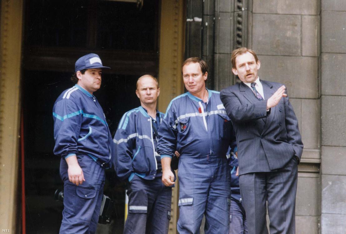 Ismeretlen tettes vagy tettesek 1994. június 11-én szombaton hajnalban berobbantották a Parlament 19-es kapuját. A robbanás következtében a kapu bedőlt és néhány ablak kitört. Személyi sérülés nem történt. A rendőrség megkezdte a vizsgálatot. A képen: Pintér Sándor rendőr altábornagy az ORFK vezetője a helyszínen tájékozódik a merénylet körülményeiről.