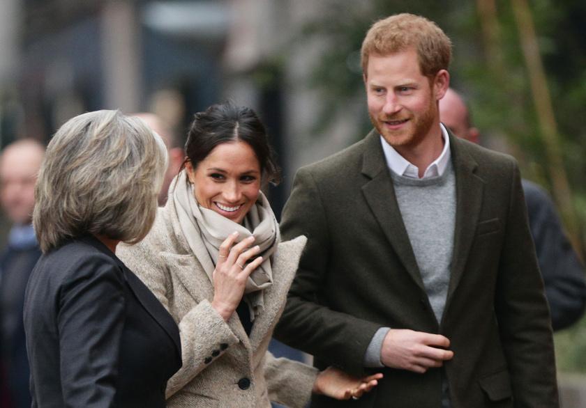Meghan Markle láthatóan még zavarban van a nagyobb tömegek előtt - szégyenlősen fogja Harry kezét.