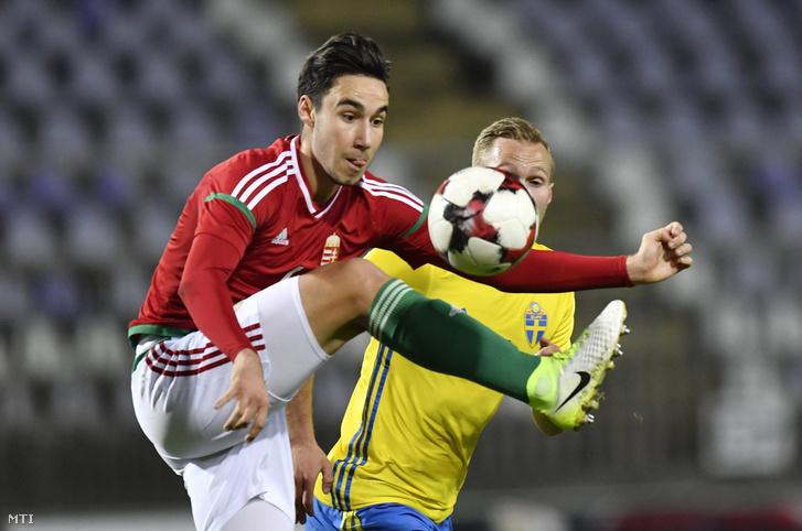 Kleisz Márk (b) és a svéd Gustav Engval a Magyarország - Svédország U21-es Európa-bajnoki selejtezõ labdarúgó-mérkõzésen a Szusza Ferenc Stadionban 2017. november 10-én.